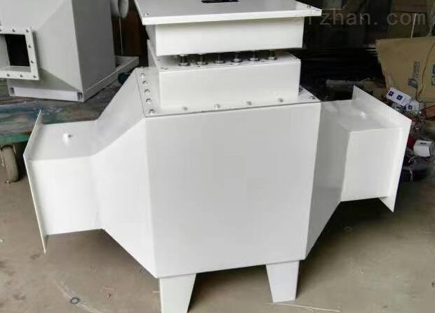 生产非标订制 不锈钢框架式风道加热器 室内空气加热器30KW50kw概述 风道加热器主要用于风道中的空气加热,规格分低温、中温、高温三种形式,在结构上的共同之处是采用了用钢板支撑电热管以减少风机停止时电热管的振动,在接线盒中都装有超温控制装置。低温型可直接安装在风道上,而中温型、高温型由于结构上的不同,在通道外壁至加热器接线盒夹有100mm 厚的保温材料,一方面减少整个通道的对外散热,另一方面也减少了接线腔内的温度。 风道加热器结构   1.