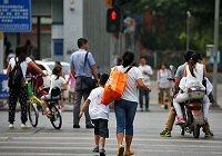 """争议:奇招频出 """"中国式过马路""""到底如何解决?"""