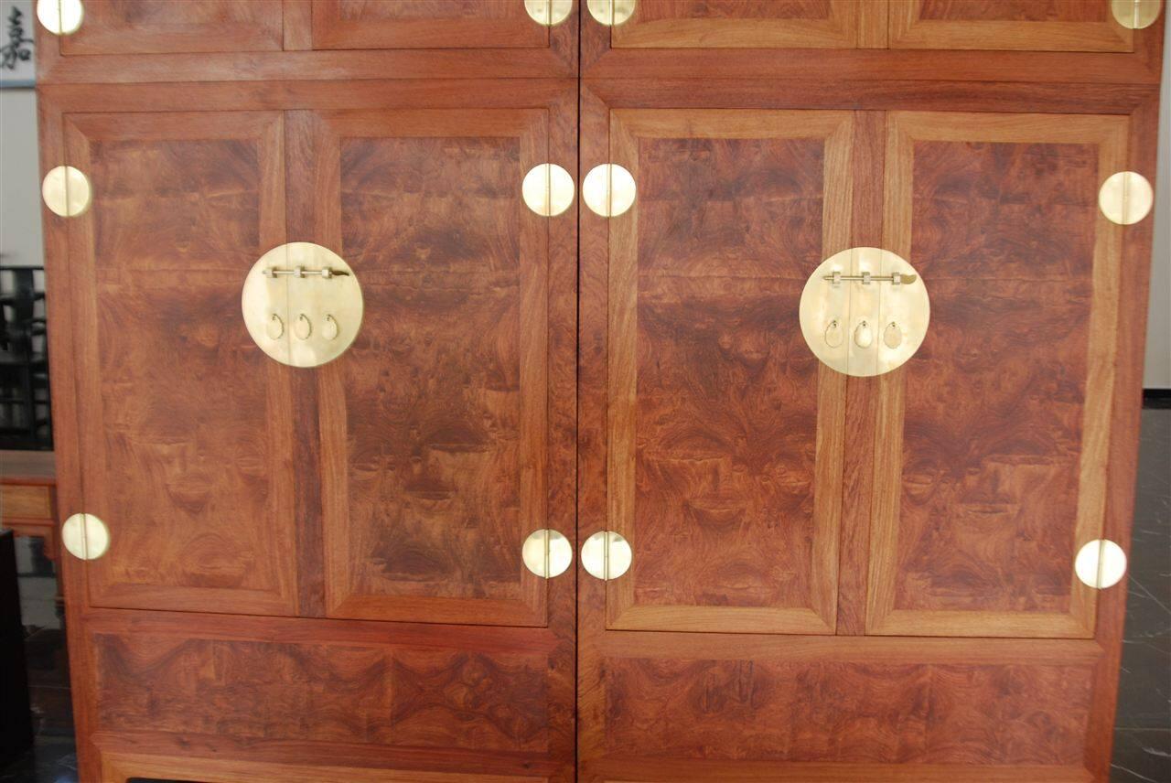 顶竖柜其实是一种组合式家具,它是在一个立柜的顶上另放一节小柜,顶柜的长宽与立柜的长宽相同,靠榫卯相连,一竖到底,所以又有顶竖柜之称。顶箱柜一般在大厅两侧左右各一个相对而设,也可在内室并列摆放。如果将顶箱柜拆开来,可以拆分为两个底柜与两个顶柜,刚好四件,因此,顶箱柜又叫四件柜。在明清两代传世家具中,这种柜子占相当一部分比重。