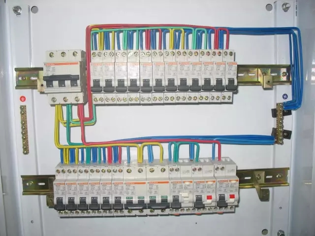 首先,在以上的内容中,关于什么是空气开关和什么是漏电保护器,我们也都有了一定的了解,那么漏电保护器和空气开关的区别究竟是什么呢,是空气开关和漏电保护器的区别之一,也是唯一的不同点之外,两者还在保护作用方面也是不一样的。空气开关一般长期用于防止电路承载过重,为防止人体触电,只是起着保险丝的作用;而漏电保护器则是防止人体触电和漏电,在电路承载过重方面并不会起太大的作用。因为其两者的工作原理不同,导致的安全保护方面也是不一样的,所以两者是万千不能盲目的混用。